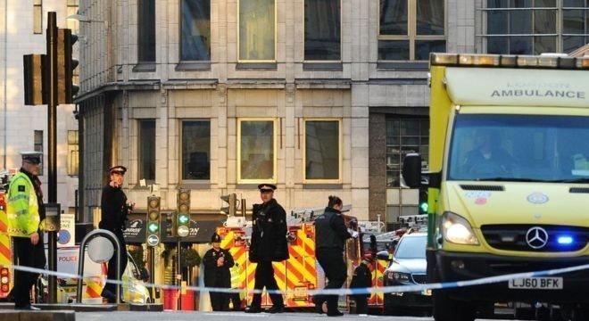 Área isolada pela polícia britânica após ataque a faca na região central de Londres