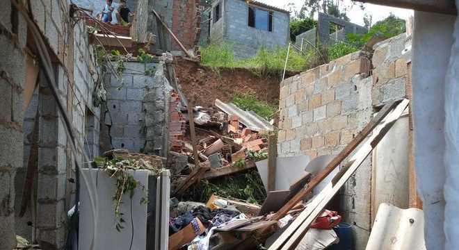 O que sobrou da casa de Jéssica Silva após o imóvel desmoronar em temporal