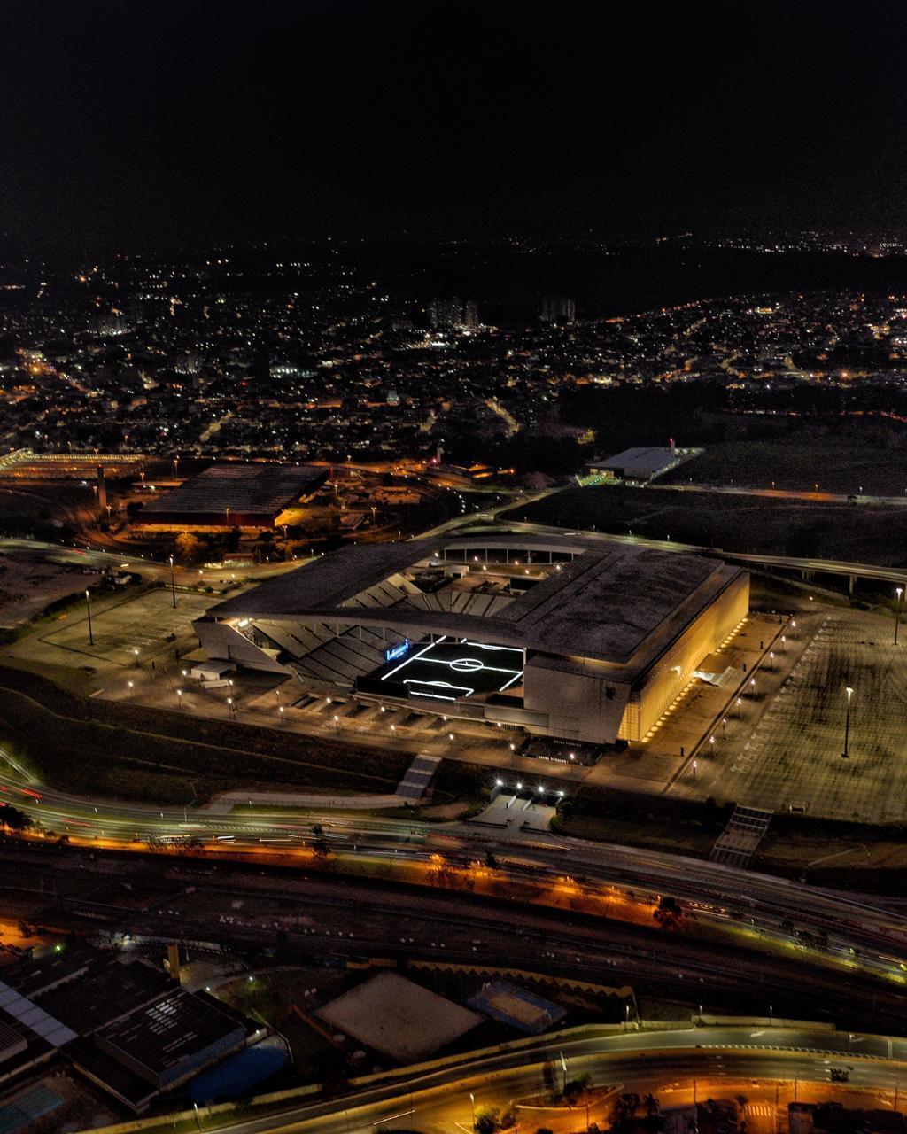 O estádio iluminado para o anúncio do nome Neo Química Arena