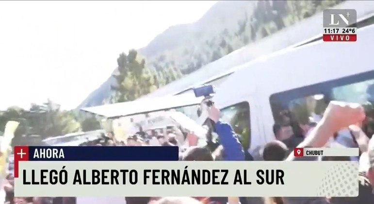Manifestantes cercaram a van que transportava o presidente Alberto Fernandez