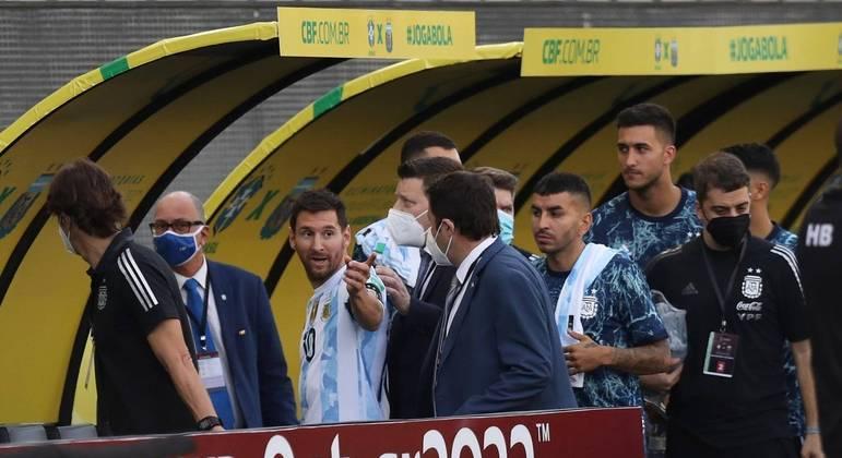 Messi e outros jogadores da Argentina deixa o gramado após agentes da Anvisa intervirem