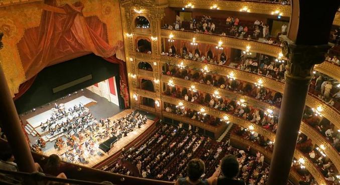 O Teatro Colón, um exemplo da belíssima arquitetura de Buenos Aires, tanto na fachada quanto na parte interna
