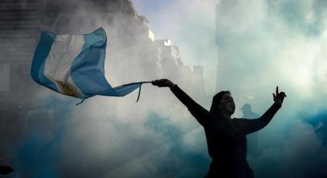 Manifestante balança bandeira argentina em protesto na última segunda (17)