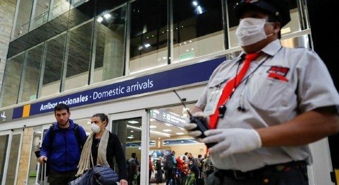 Pessoas com máscaras no aeroporto de Jorge Newbery, em Buenos Aires