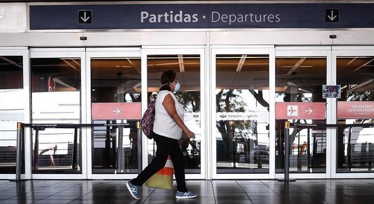 Pessoas só poderão retornar ao país de avião