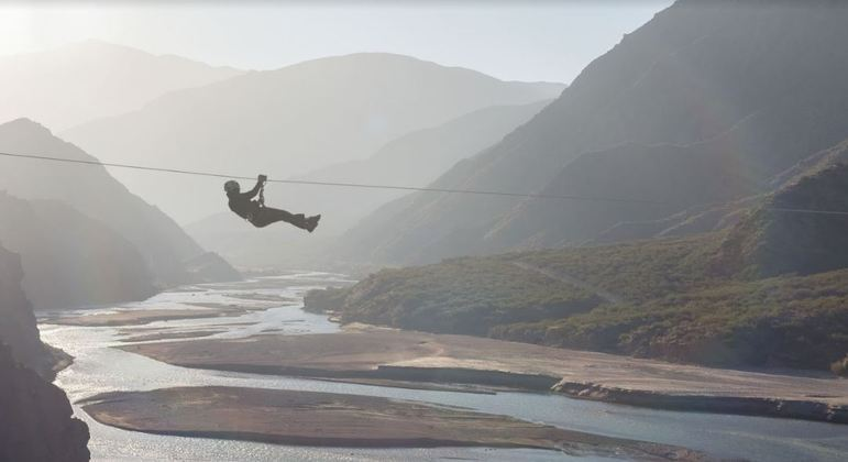 A cor da água do rio Mendoza no Dique Potrerillos faz do local uma verdadeira obra de arte natural