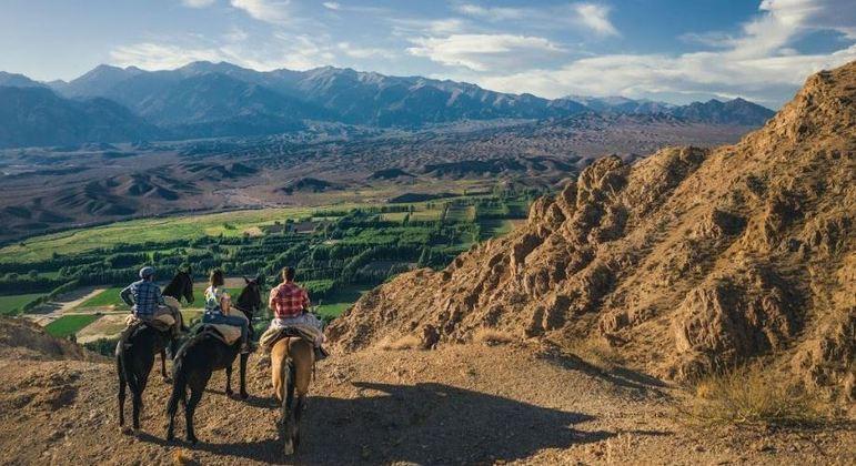 Os visitantes podem conhecer as montanhas de Mendoza em um passeio a cavalo