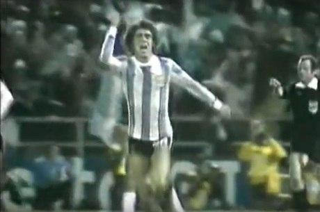 O lateral-esquerdo Tarantini festeja o 2º gol da Argentina