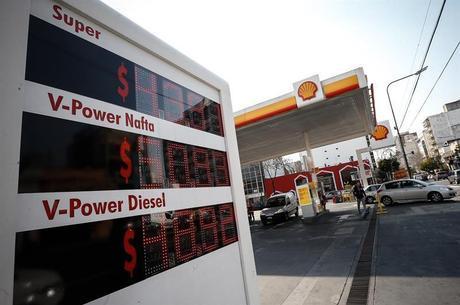 Posto de gasolina na Argentina mostra preço de combustíveis congelados por decisão de Maurício Macri