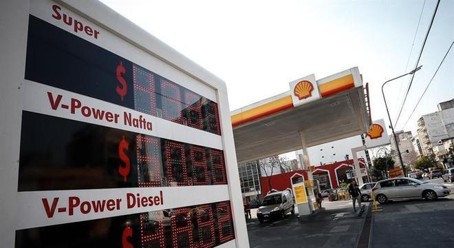 Preços de combustíveis foram congelados na Argentina após derrota eleitoral de Macri