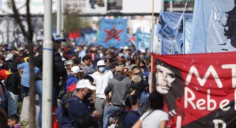 Movimentos sociais protestaram em Buenos Aires por mais trabalho e subsídios alimentares