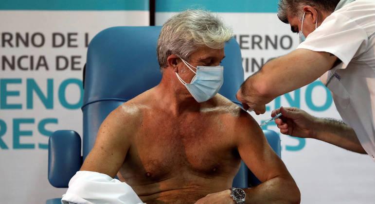 O médico Emilio Macia, 52 anos, recebe a vacina Sputnik V