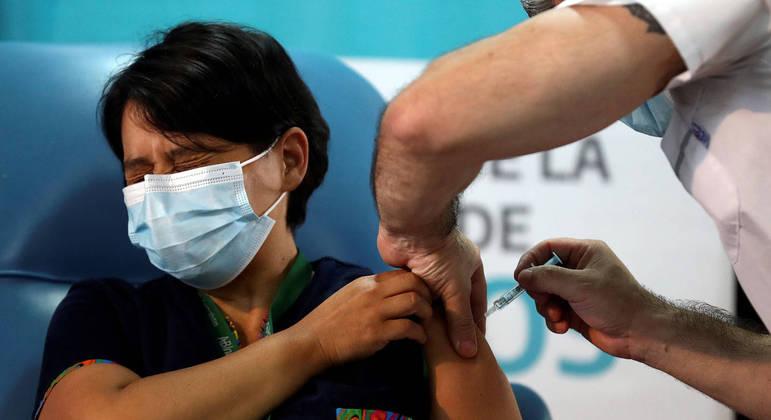 Argentina começa a vacinar profissionais de saúde. E o Brasil?