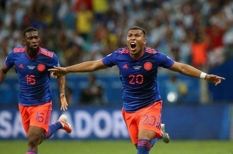 Roger Martínez comemora gol da Colômbia