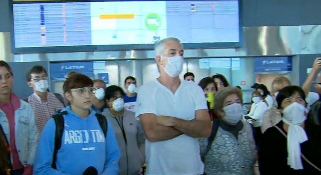 Duzentos argentinos estão morando no aeroporto de Guarulhos, em SP