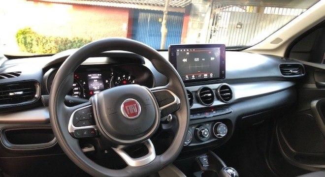 Interior é quase todo preto com detalhes na cor cinza como no volante e aplique no tabelier