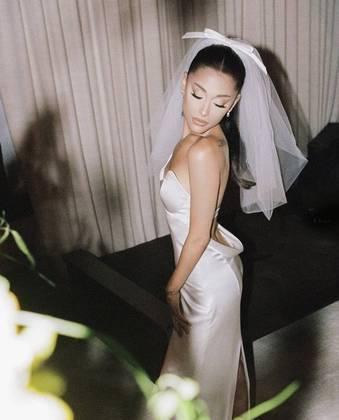 Ariana chegou a noivar com o ator Pete Davidson, mas a relação chegou ao fim em outubro de 2018