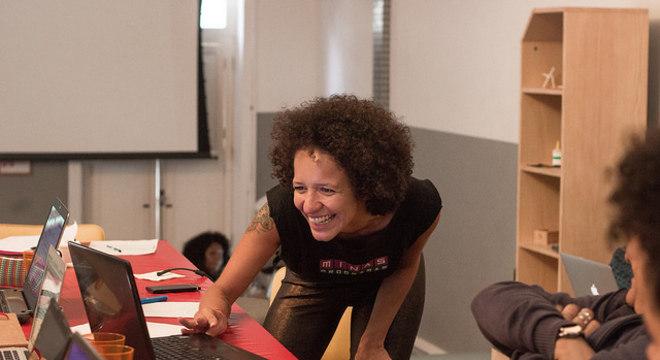Ariane Cor em um aula da Minas Programam com a WordPreta