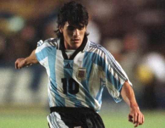 """Ariel Ortega atuou ao lado de Maradona na seleção argentina que disputou a Copa de 1994. Com a aposentadoria de Diego, assumiu a camisa 10 albiceleste. Com características de jogo parecidas com o ídolo, a esperança de que fosse o """"Novo Maradona"""" foi depositada sobre Ortega. No entanto, após algumas temporadas sem muito brilho na Europa e no River Plate, se aposentou dos gramados, em 2012."""