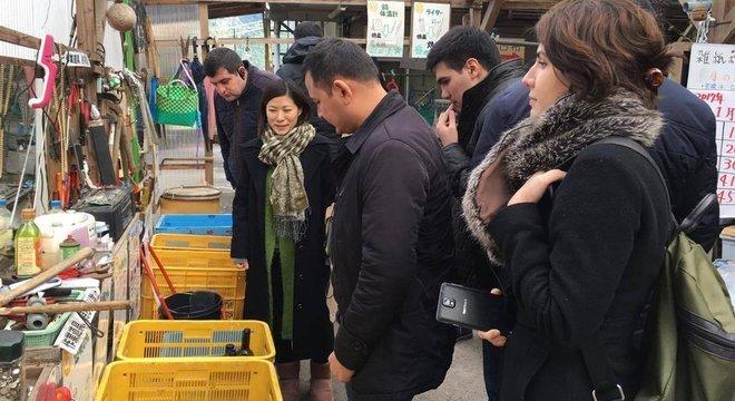 Arika Sakano explica a um grupo de estrangeiros sistema de separação de recicláveis: são 45 categorias