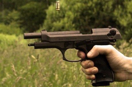 Resultado de imagem para fotos de bolsonaro com armas no campo