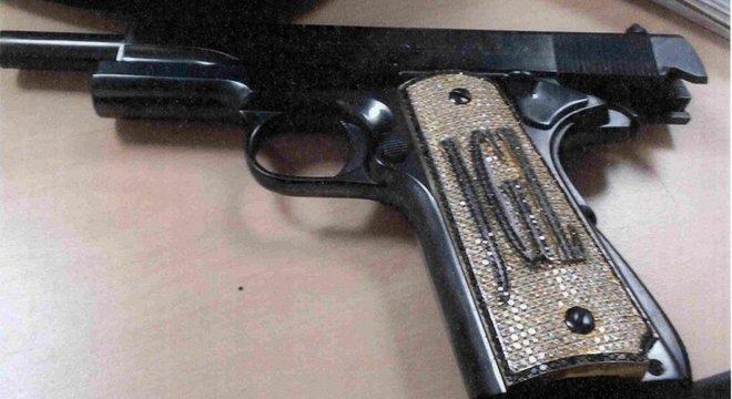 Arma cravejada de diamantes que pertenceria a El Chapo