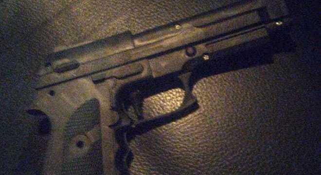 Arma de brinquedo foi apreendida com dupla de jovens em assalto