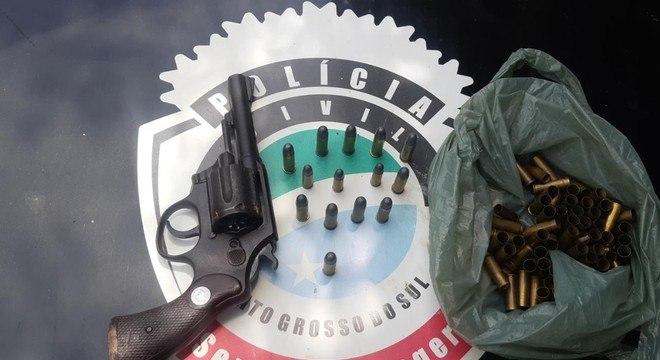 Arma e munições que estavam no comércio — Foto: Polícia Civil/Divulgação