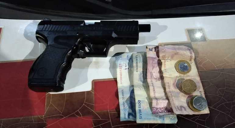 Suspeitos foram encontrados com uma arma falsa e R$ 17,00 em espécie
