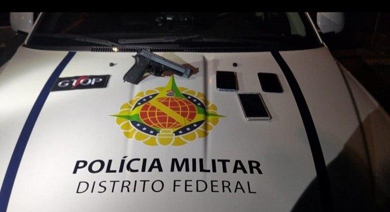Arma falsa e celulares apreendidos pela Polícia Militar em ação