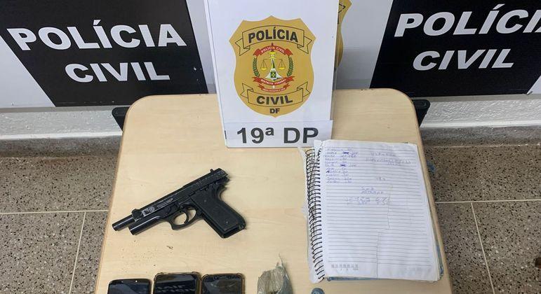 Arma falsa, celulares, maconha e dinheiro apreendidos pela PCDF em desmanche no Sol Nascente