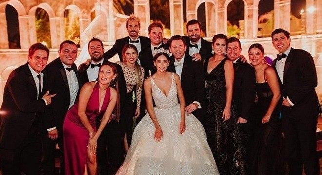 Fotos do casamento mostram os noivos cercados de convidados