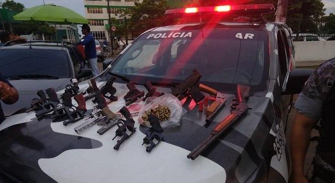 Armamento pesado apreendido em ação da polícia em Manaus após confrontos