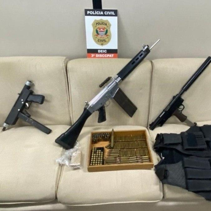 Deic encontrou armas, munição, colete, drogas e dinheiro com 2 suspeitos