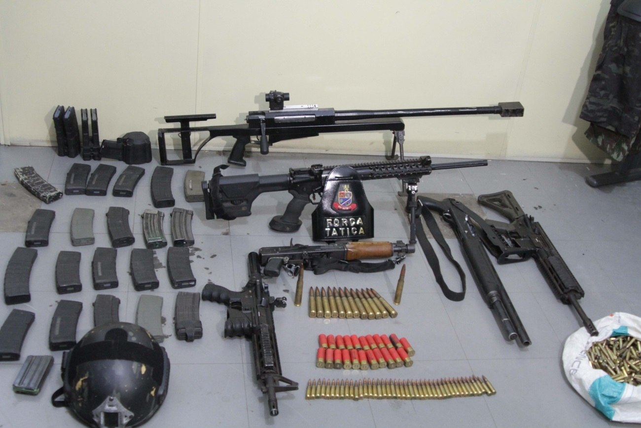Polícia Militar apreendeu seis armas, munição, carregadores, roupas camufladas, coletes e capacete a prova de balas