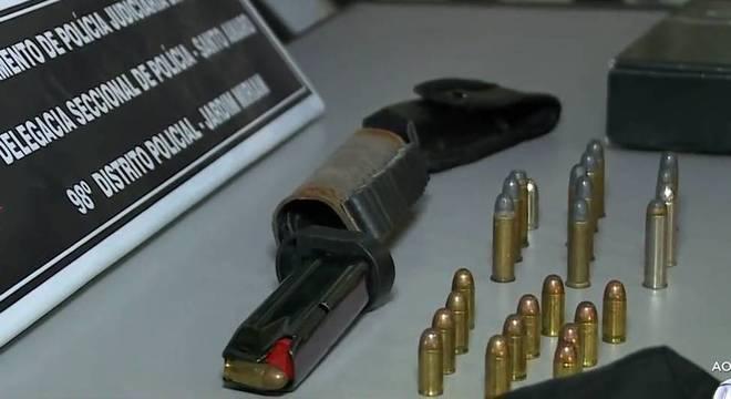 Caixa e munição apreendidas na loja do acusado