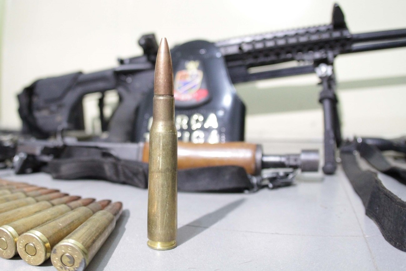 Entre o armamento estão fuzis, uma espingarda e um rifle ponto 50-arma de grosso calibre, longo alcance e capaz de furar veículos blindados como carro-forte e ou derrubar helicóptero