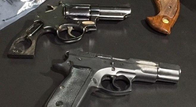 Polícia mostra as armas utilizadas pelo atirador em chacina na catedral