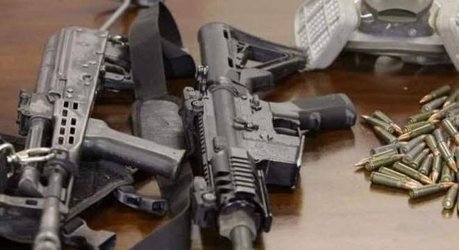 Policiais aprenderam dois fuzis e grande quantidade de munição