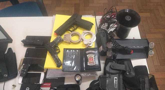 Armas encontradas na casa do falso policial,  que também morreu no tiroteio