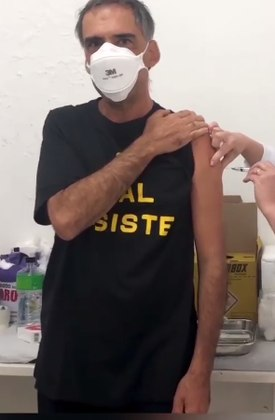 Arnaldo Antunes acaba de engrossar a lista de famosos vacinados contra acovid-19. O músico recebeu a primeira dose do imunizante no dia 11 de maio e mostrou o instante em post compartilhado nas redes sociais
