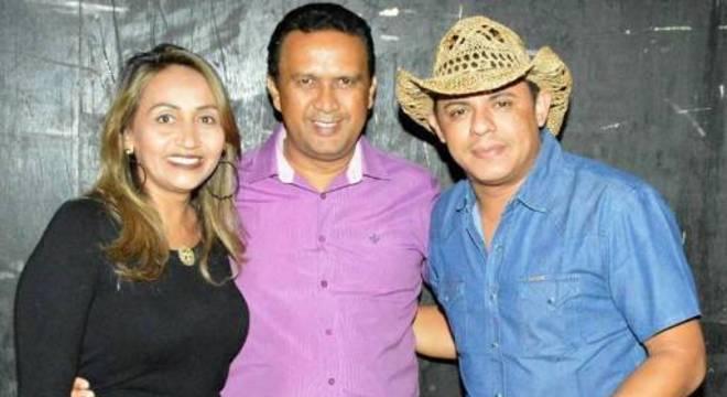 O prefeito de Ribeira do Piauí, Arnaldo Araújo (meio), durante festa na cidade