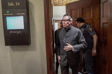 Condenado por estupro, Arnault sai de tribunal na Suécia