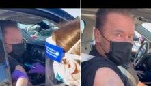 Arnold Schwarzenegger é vacinado contra a covid-19
