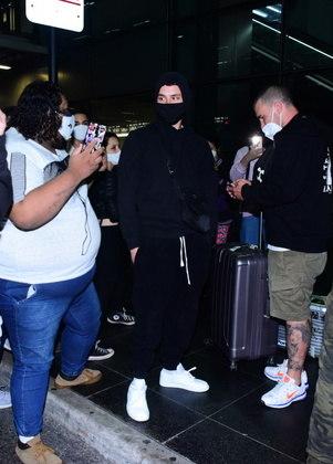 Os fãs seguiram Áron até o caminho para o carro que o esperava