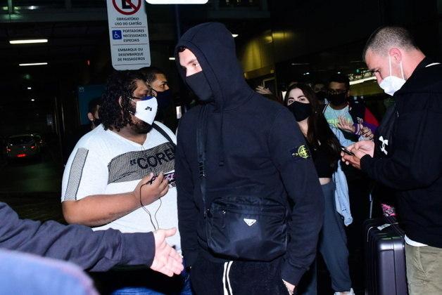 Áron chegou ao Brasil com um look praticamente todo preto, com exceção dos tênis brancos