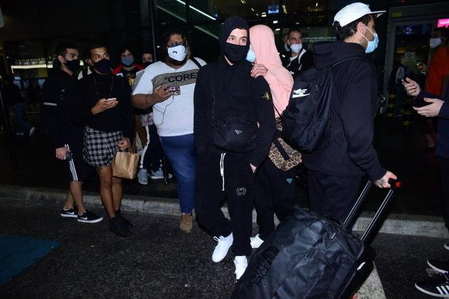 Ao desembarcar em Guarulhos, Áron foi cercado por diversos fãs