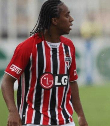 Arouca - O volante chegou ao Tricolor em 2009, mas saiu já no ano seguinte por estar insatisfeito em ser reserva da equipe. Pelo São Paulo, jogou 41 vezes e não marcou nenhum gol.