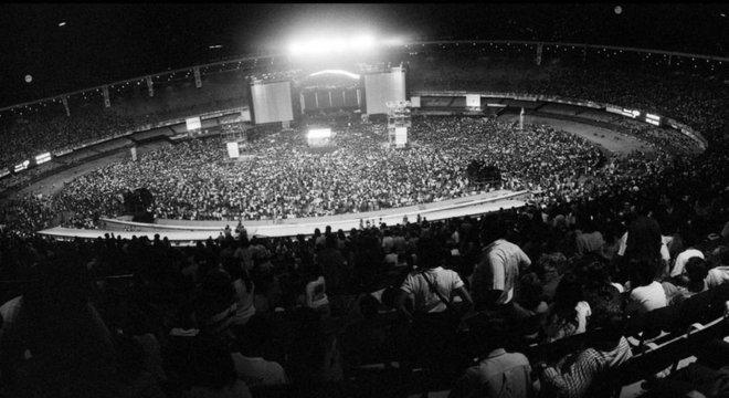 Arquibancada do Maracanã cheia, com palco para show de Paul McCartney ao centro, no gramado