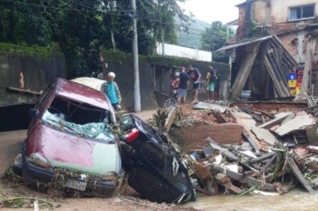 Chuva deixou cenário de destruição em Xerém